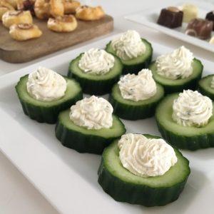 Knappe komkommers met kruidenkaas