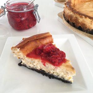 Witte chocolade cheesecake met frambozensaus