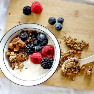 Het perfecte ontbijtje met yoghurt, rood fruit en notengranola
