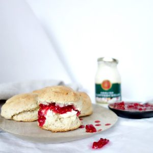 Scones met homemade cranberry compote