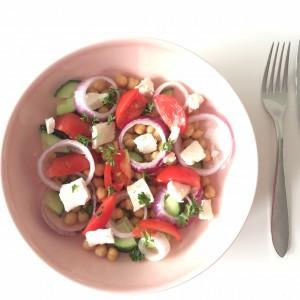 Griekse salade met kikkererwten