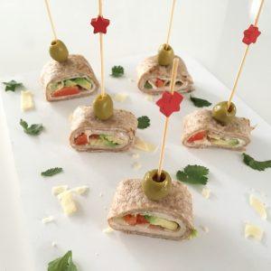 Voor de feestdagen: wraprolletjes met gerookte kip en avocado