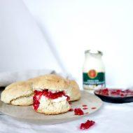 Scones met homemade cranberry compote