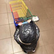 Hoe de eerste mental breakdown van mijn dreumes in een bomvolle supermarkt verliep – dankzij die klote karretjes!