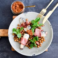 Kikkererwten salade met sardines en rauwe ham