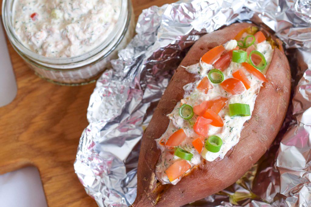 gepofte zoete aardappel met tonijn