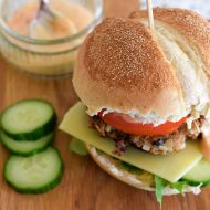 Oosterse tonijnburger met chili-mayonaise